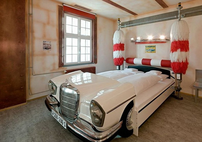 Необычный отель V8 для автолюбителей (Штутгарт, Германия)
