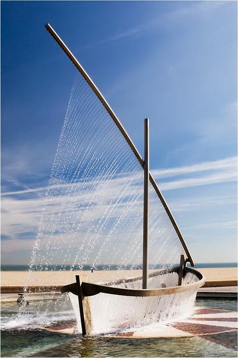 Корпус и парус необычной лодки образуют струи воды