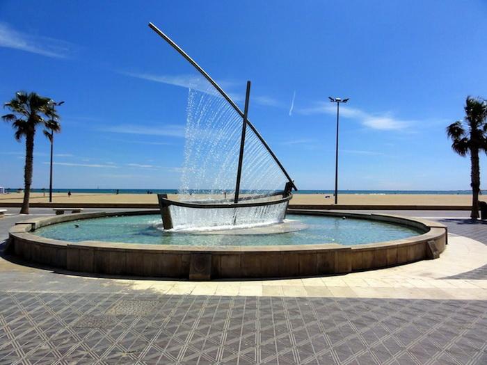Фонтан-лодка на площади Валенсии (Испания)