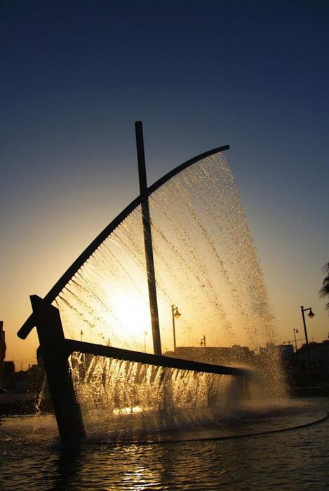 Фонтан-лодка в лучах заходящего солнца
