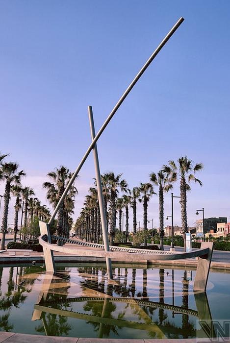 Каркас фонтана-лодки без воды