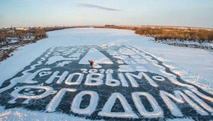 Валерий Мельников на фоне своей ледовой открытки. Фото: ampravda.ru