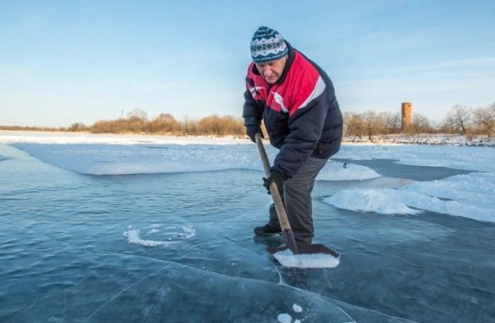 Валерий Мельников за работой на ледовом полотне. Фото: ampravda.ru