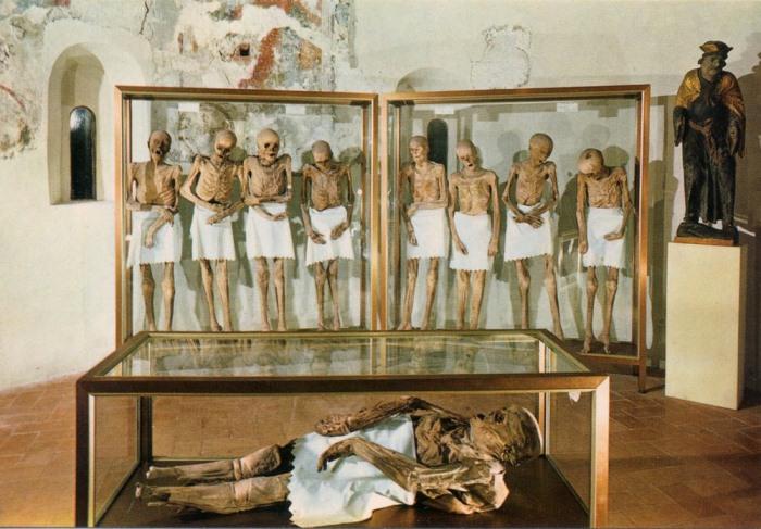 Историки до сих пор не могут определить, почему тела этих мужчин мумифицировались.