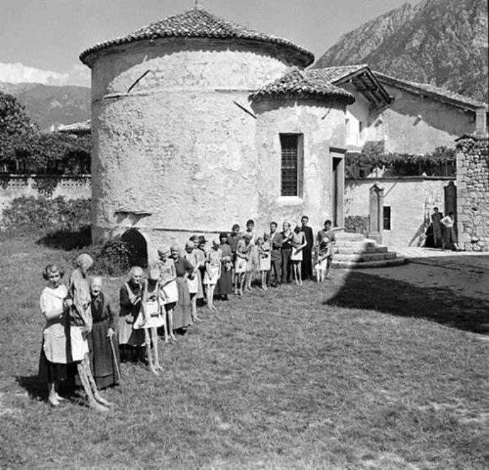 Жители Венцоне вывели мумий на прогулку.