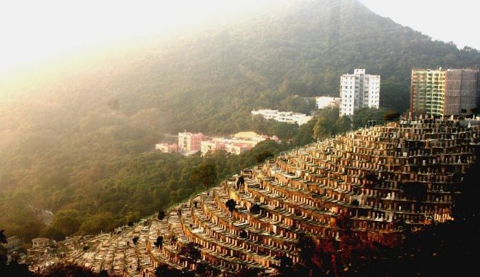 Вертикальное кладбище в Гонконге, построенное на холме.