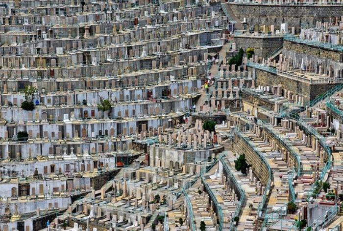 Многоярусное кладбище.