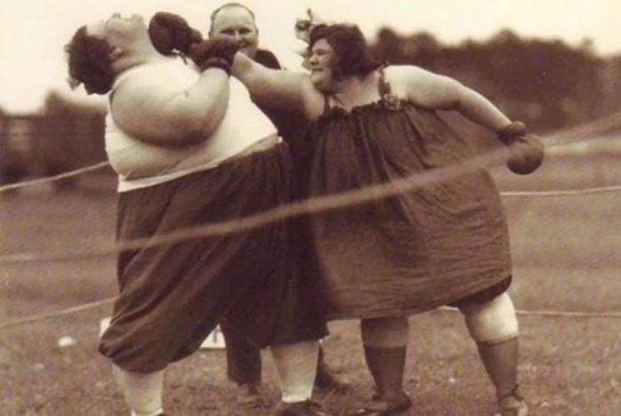 Боксерский турнир между женщинами.