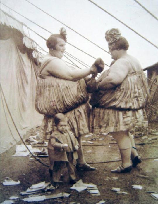 Выступление сестер Карлсон в цирке.