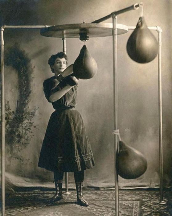 Женщина-боксер отрабатывает удар. Ок. 1890 г.