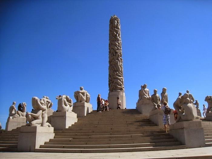Монолит - известнейшая скульптура парка Вигеланда