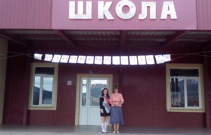 Выпускной в уральской школе для одной ученицы.