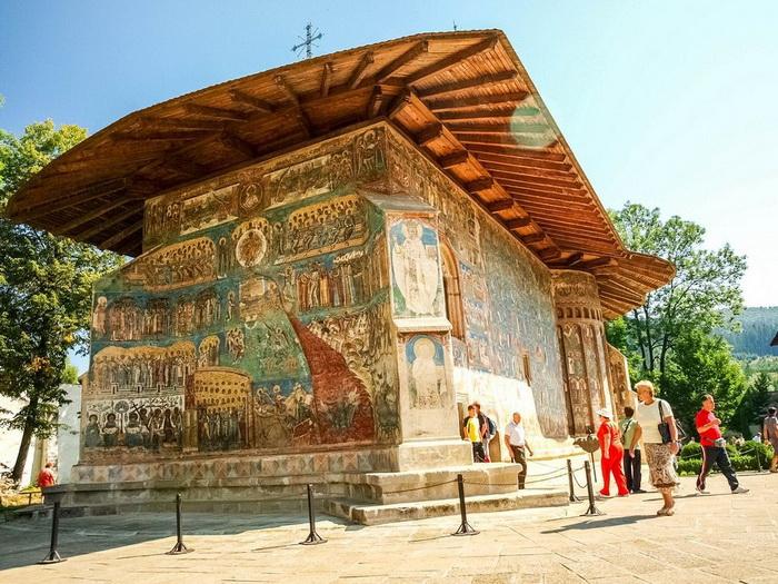 Монастырь Воронец знаменит своими фресками.