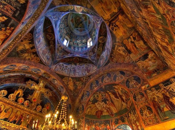 Фрески украшают стены монастыря и внутри, и снаружи.