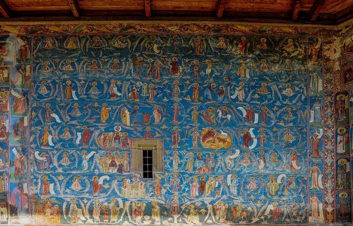 Фрески на фасаде здания.