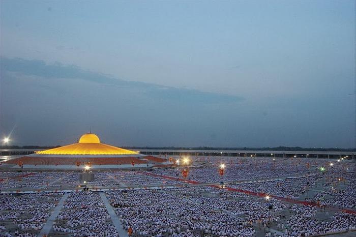 В храме могут медитировать около ста тысяч верующих