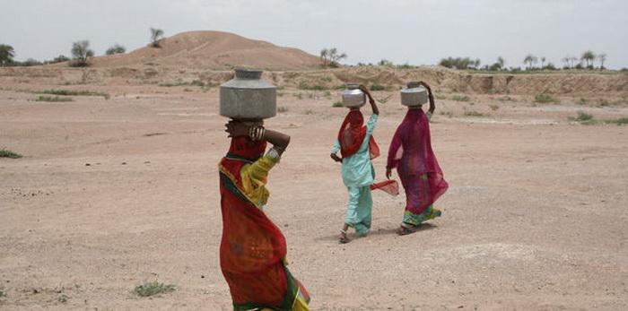 Женщины, обреченные ежедневно носить воду для своей семьи