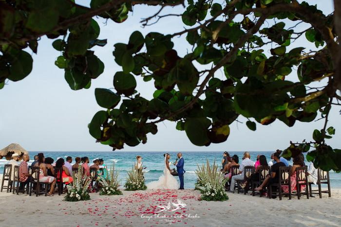 Нежная церемония на берегу моря.