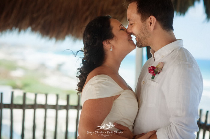 Прекрасная свадебная фотосессия на побережье.