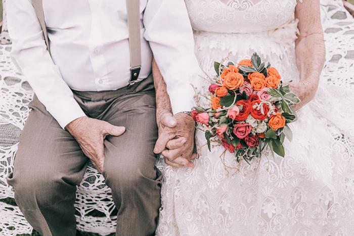 Влюбленные держатся за руки.