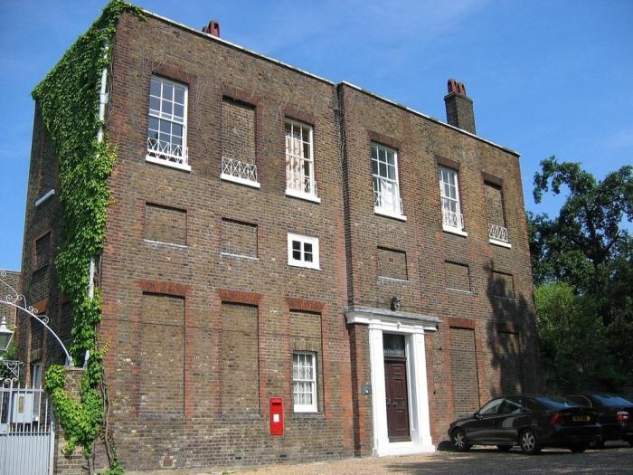 Здание в Гринвиче с замурованными окнами.