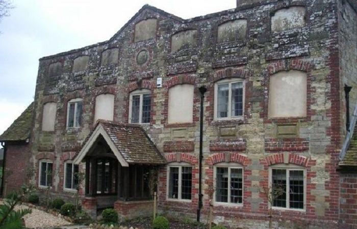 В Англии много исторических зданий без окон.