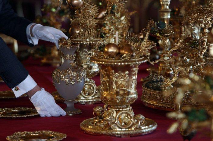 Праздничный стол сервируется посудой, произведенной по заказу Георга IV.