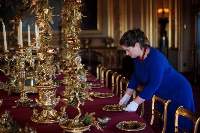 Бордовые скатерти на обеденном столе - вековая традиция.