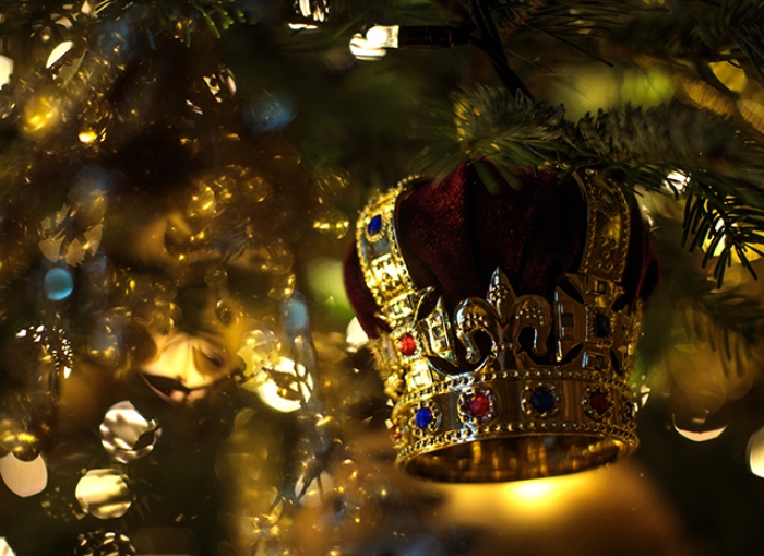 Несколько елочных украшений в виде короны в честь королевы.