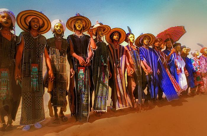 Конкурс красоты среди мужчин в племени Wodaabe (Нигер). Конкурсанты выстроились перед жюри