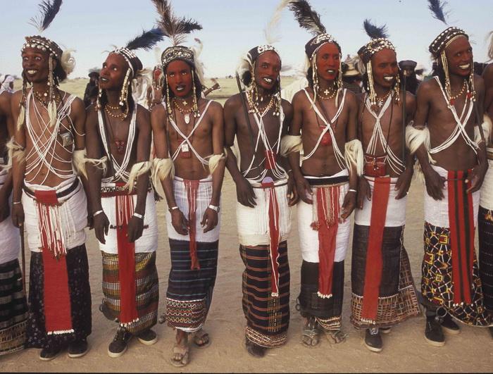 Мужчины племени Wodaabe в национальных юбках