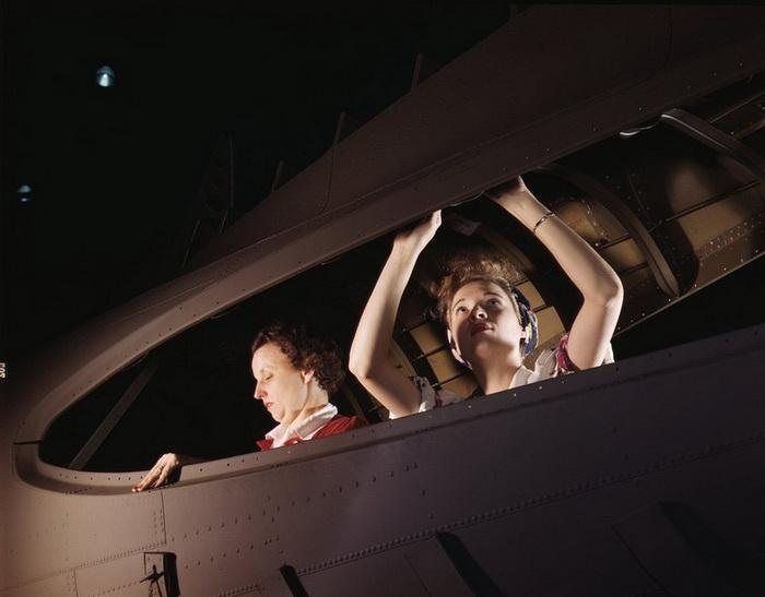 Женщины на авиационном заводе в Калифорнии (октябрь, 1942 год)