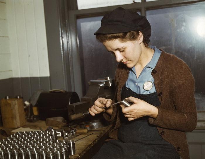 Девушка 24 лет на оружейном заводе Vilter (февраль, 1943 год)