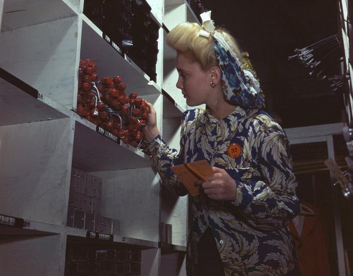 Рабочая на авиационном заводе North American Aviation (октябрь, 1942 год)