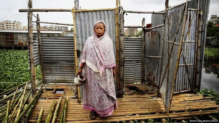 Sukurbanu из Бангладеша,  65 лет, вынуждена использовать унитаз, установленный над рекой