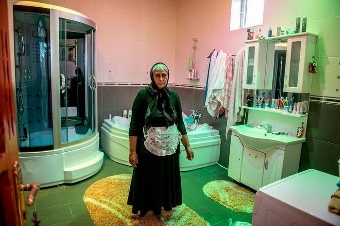 Гита из Румынии, 48 лет. Обладательница огромной ванной комнаты, но без канализации, туалет во дворе дома