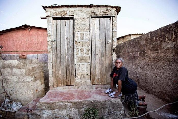 Сьюзан из г. Лусака (Замбия), 46 лет, инвалид, не имеет туалета в собственном доме
