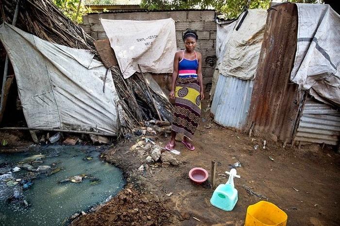 Assucena из Мозамбика,  14 лет, пользуется общим туалетом, который посещают еще около 30 человек