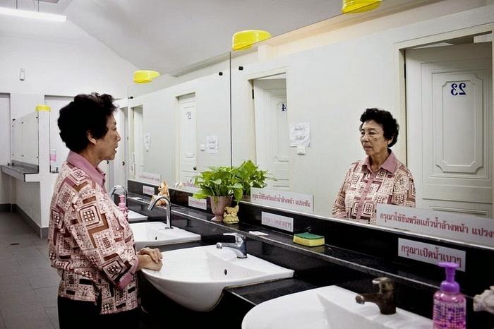 Sineha из Таиланда,  71 год, пользуется туалетом в храме, который посещает