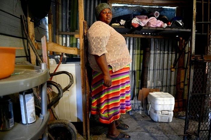 Nombini из Южной Африки,  туалетом в ее доме пользуются 12 человек, которые здесь проживают