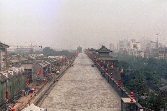 Древняя оборонительная стена в городе Сиань (Китай)