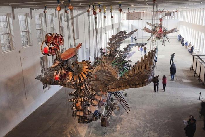 Две птицы Феникс парят под сводом выставочного центра