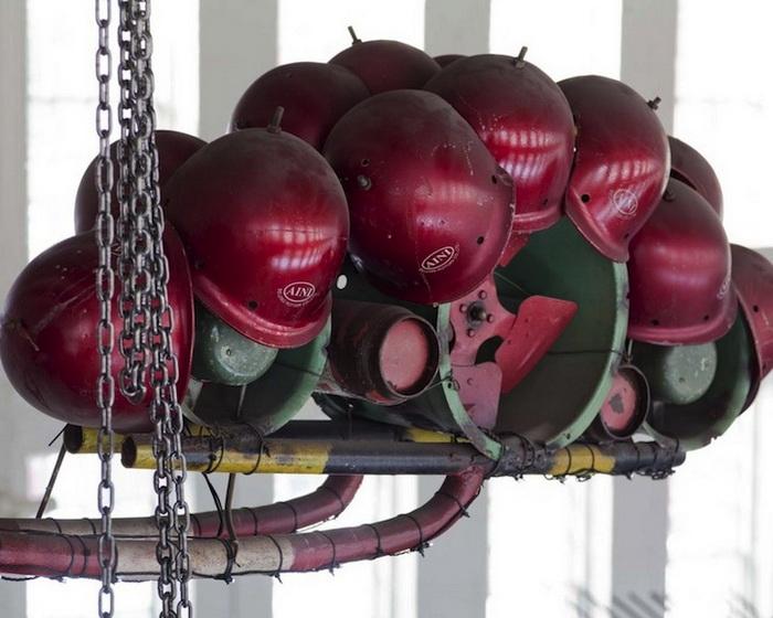 Xu Bing для инсталляции использовал каски, ненужные инструменты и старые трубы