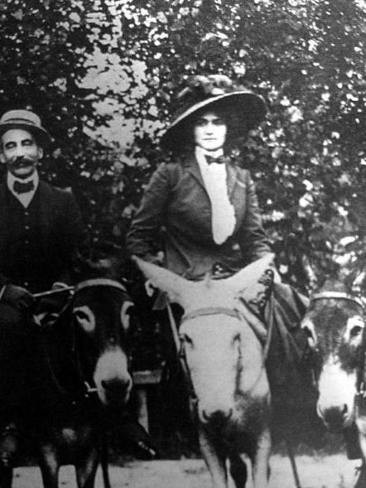 Коко Шанель на конной прогулке.