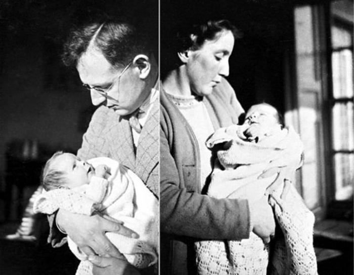 Фрэнк и Изабел Хокинг держат на руках новорожденного Стивена.