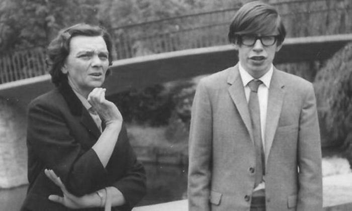 Стивен Хокинг поступил в Оксфорд, где он изучал химию и физику.