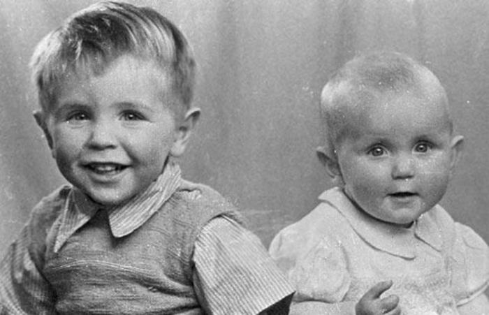 Стивен Хокинг (слева) с сестрой Мэри.