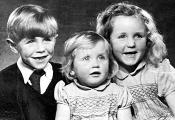 Стивен Хокинг и его сестры Филиппа и Мэри.