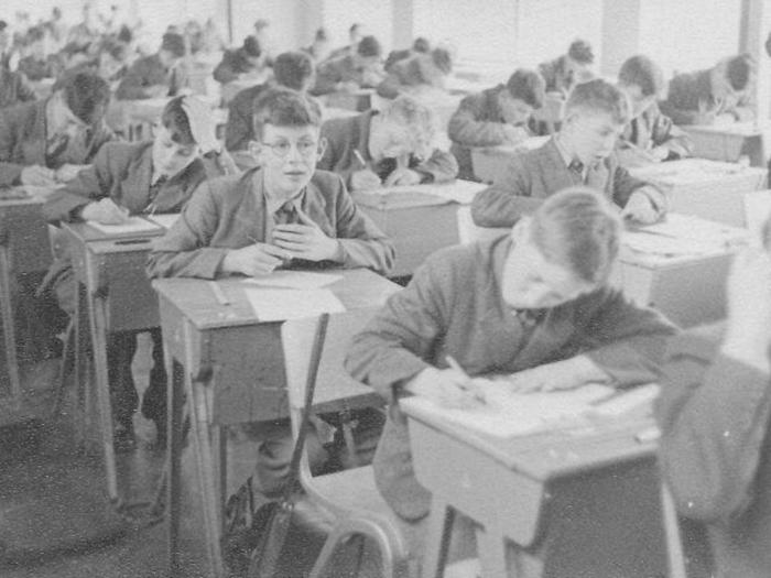 Стивен Хокинг в колледже Сент-Альбанс (сидит справа от парня в очках).