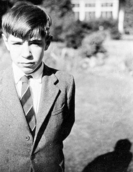 12-летний Стивен Хокинг в саду своего дома.